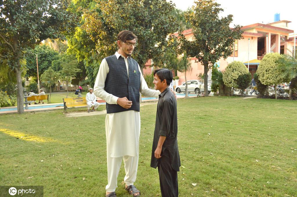 巴基斯坦男人身高2.33米 腿太长出行好为难