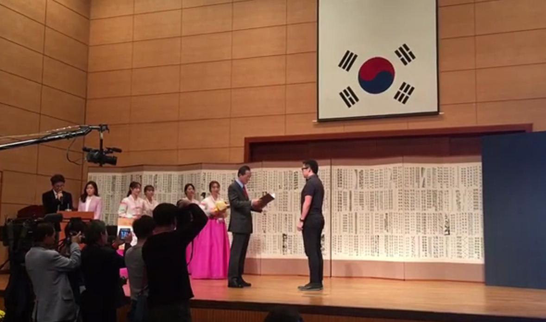 """王岳川教授在韩国""""世界书法全北双年展""""上获得金奖"""