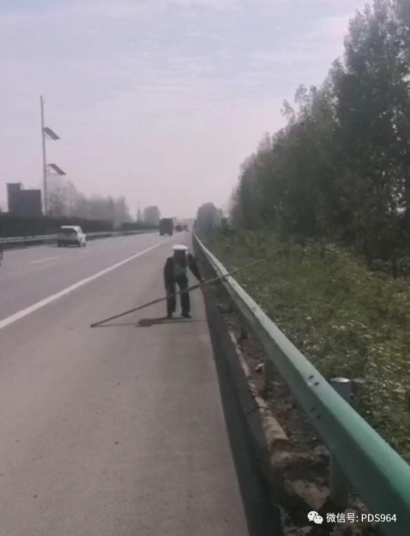高速交警及时清理路面障碍物,保障车辆通行安全