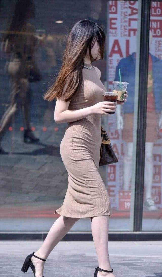 """街拍美女:时尚小姐姐,身穿一袭""""泥色""""长裙搭凉高跟显气质插图(1)"""
