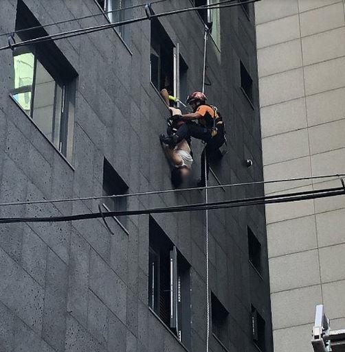 中国女游客韩国欲跳楼,倒挂窗户外获救!路过市民参与救援获表彰
