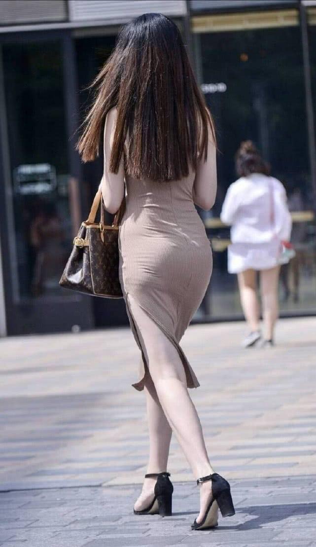 """街拍美女:时尚小姐姐,身穿一袭""""泥色""""长裙搭凉高跟显气质插图(2)"""