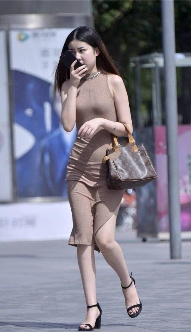 """街拍美女:时尚小姐姐,身穿一袭""""泥色""""长裙搭凉高跟显气质插图"""