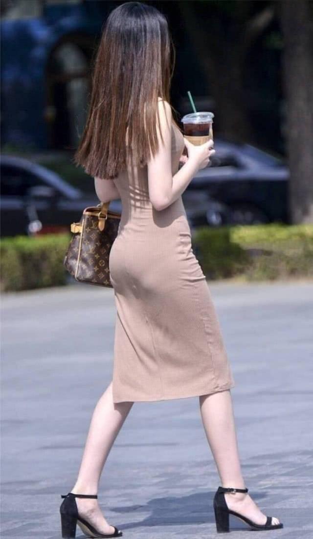 """街拍美女:时尚小姐姐,身穿一袭""""泥色""""长裙搭凉高跟显气质插图(3)"""
