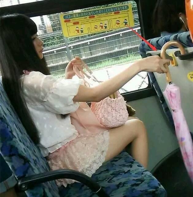 ►爆笑GIF趣图:妹子,你拿伞的姿势真不一般,瞅着挺厉害呀?