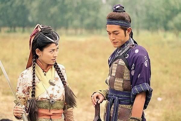 古天乐宣萱新片上映,两人同色系格纹装cp感爆棚,18年后默契没变