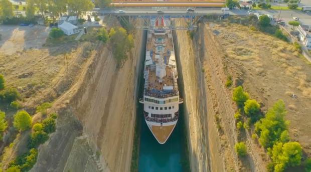 这驾船技术绝了:游轮挤过希腊运河,最近时距离岸边只有一英寸