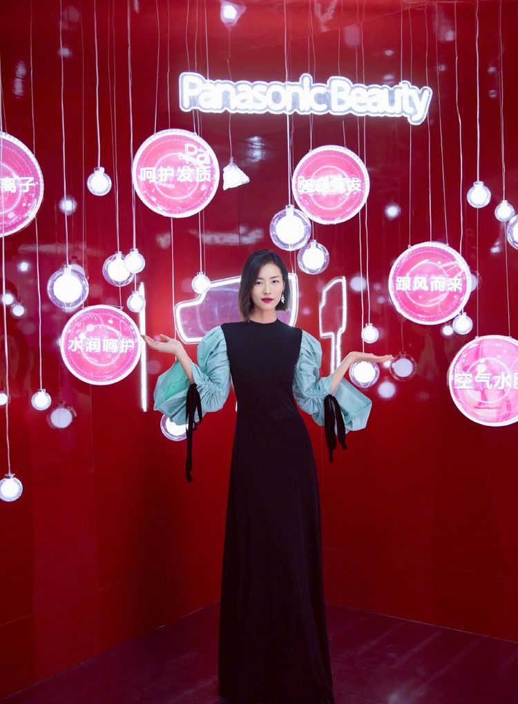 国际超模刘雯活动私服知性干练,一袭泡泡袖拼接长裙就够了,气质很重要!