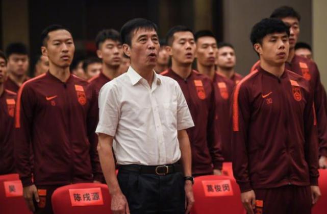 国足乘坐包机,主要是考虑广州恒大,北京国安等俱乐部的利益