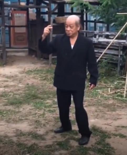 曾齐名李小龙,晚年却频遭桃花缠身?71岁梁小龙演被打戏份太拼命