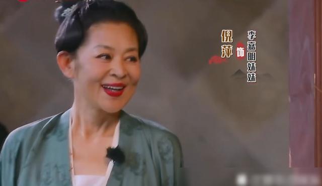 原创             60岁倪萍太励志,瘦身成功后穿古装扮少女,关掉滤镜满脸皱纹!