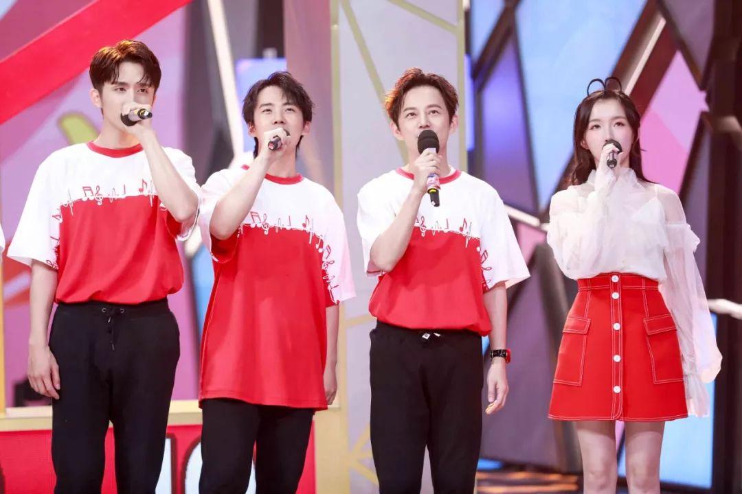 与中国青年大学生代表一起,倾情演唱爱国歌曲,歌颂祖国.