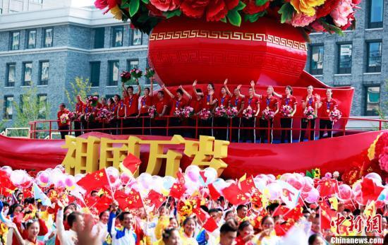 【待审勿发】郎平朱婷回忆国庆花车游行细节:兵哥哥们喊声音很大