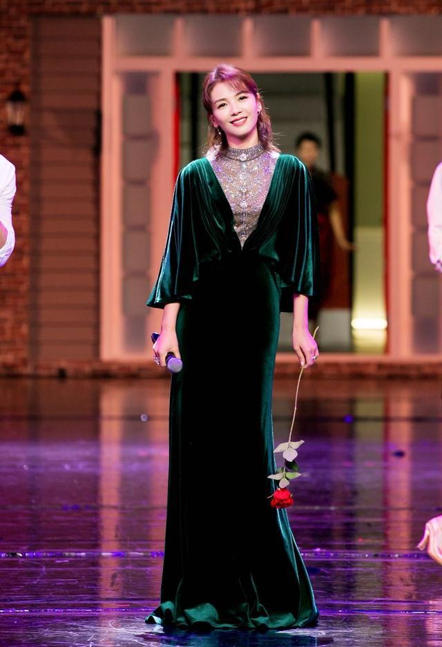 刘涛穿祖母绿丝绒长裙,凸显曲线身材,41岁美得高级!