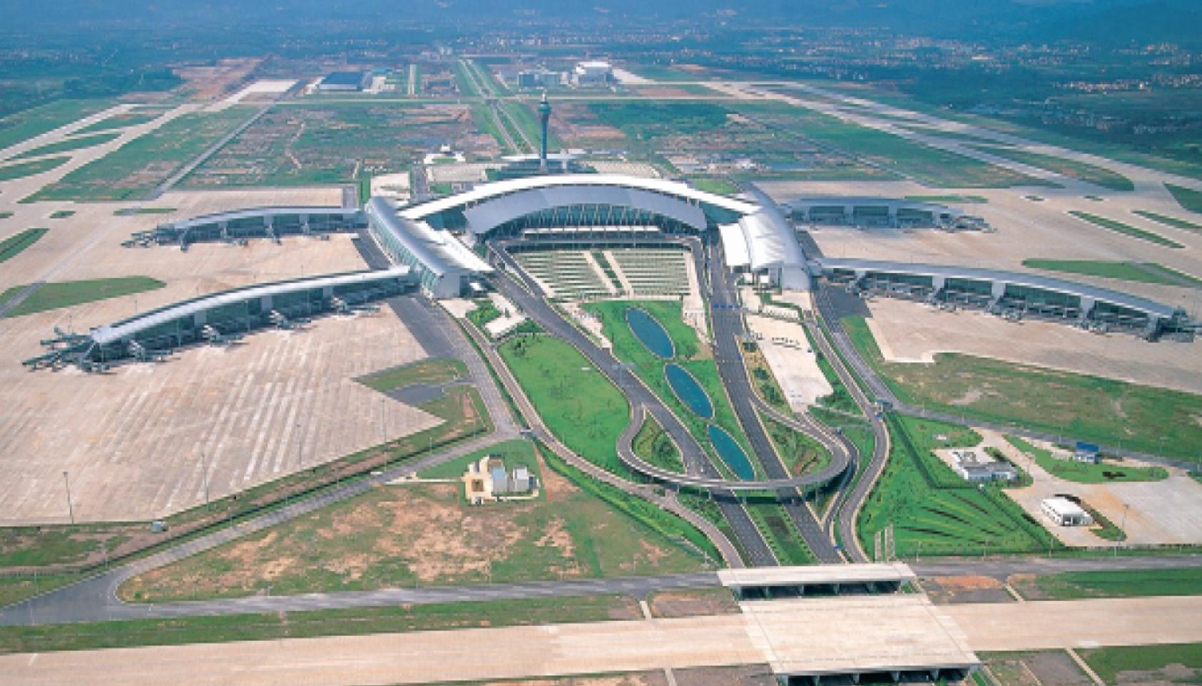 广东最繁忙的机场,是中国三大门户复合枢纽机场之一,不在深圳