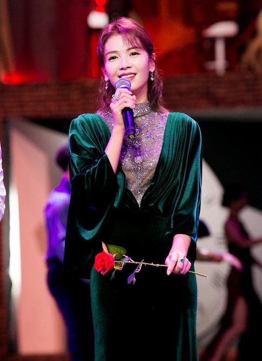 41岁刘涛气质竟秒赢女王马伊琍?祖母绿丝绒长裙媲美皇室女王