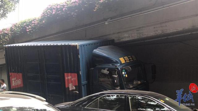<b>刚刚突发!广州一货车猛怼高架桥,车轮悬空被卡死</b>