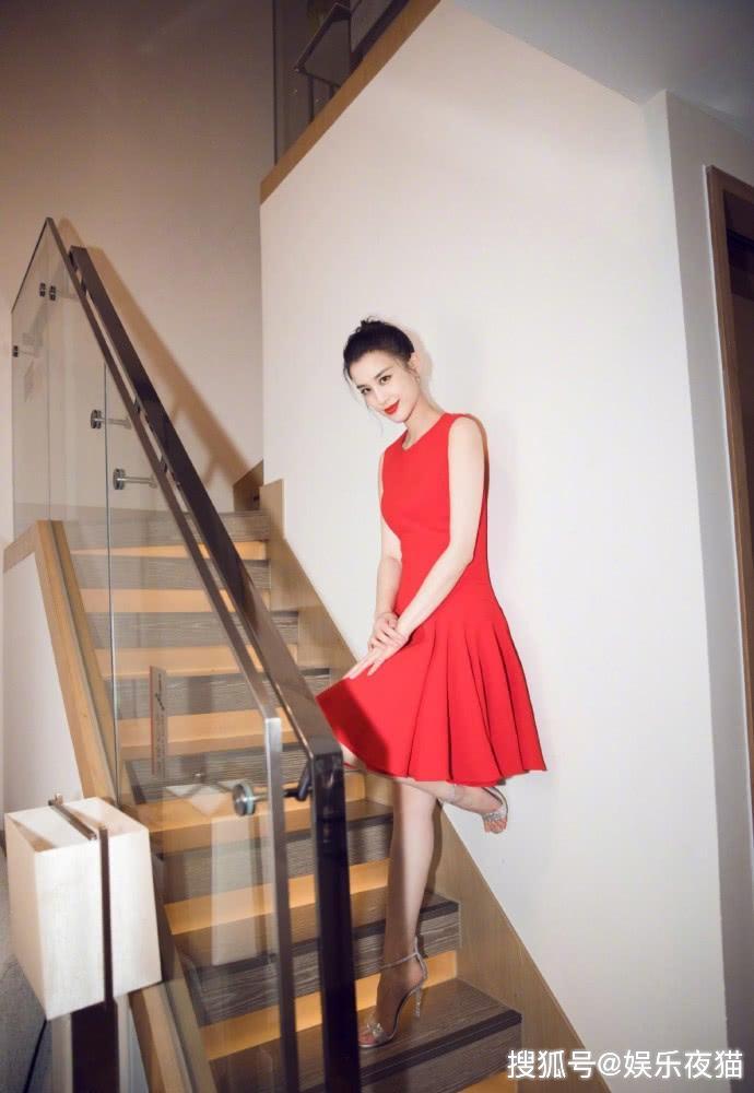 黄圣依气场太A了,短裙配一字带高跟鞋,坐沙发上双腿交叠超吸睛
