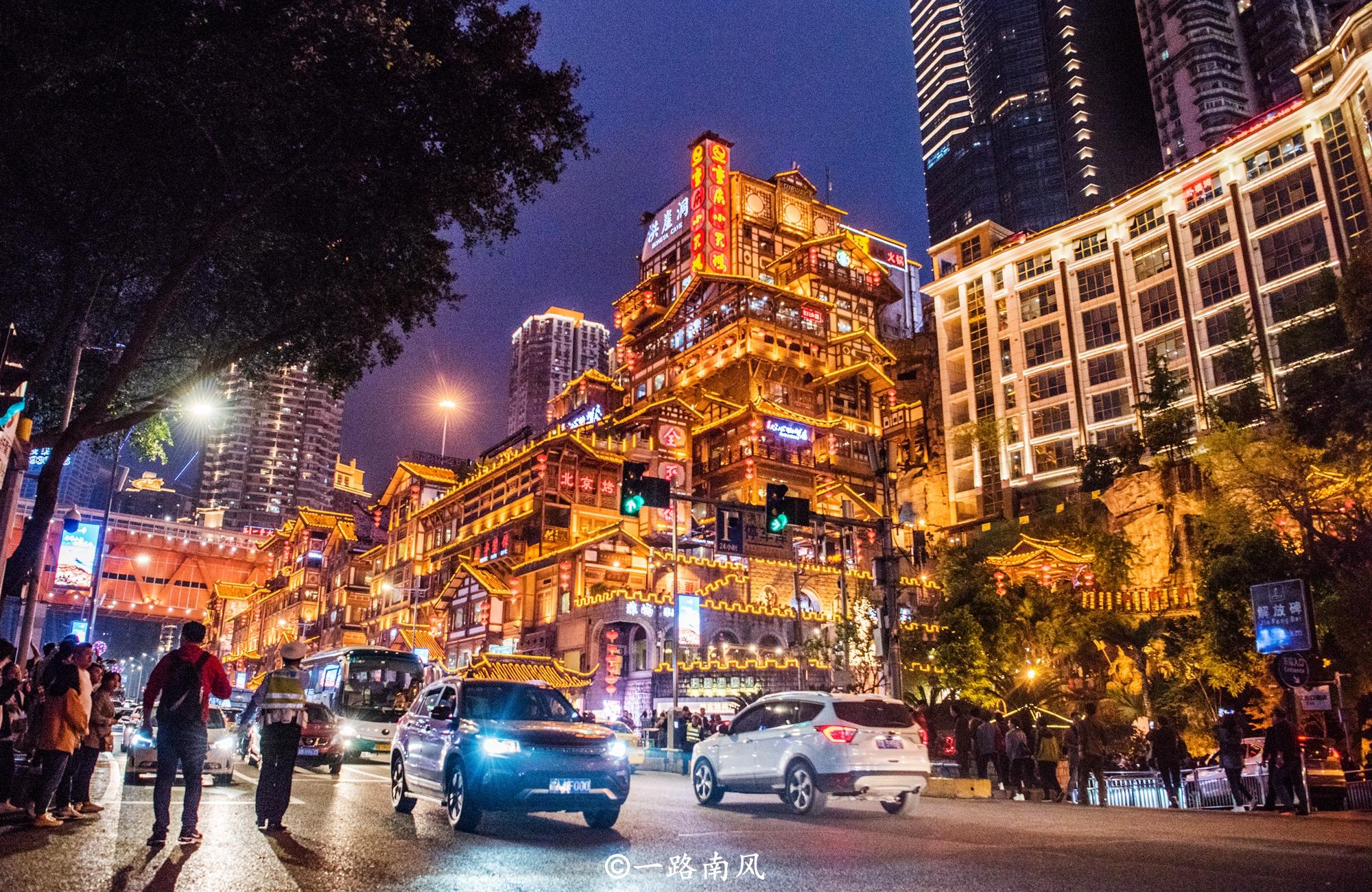 <b>重庆最火爆的景点,国庆假期平均每天12.7万游客,到处都是人!</b>