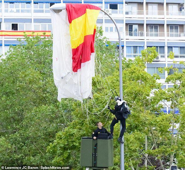 尴尬!西班牙國慶閱兵一傘兵意外挂上路燈杆,國王一旁鼓起了掌......