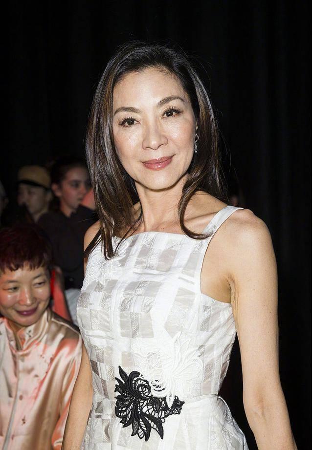 原创             57岁杨紫琼不显老,脸蛋皮肤白嫩,可双手布满皱纹像老奶奶!