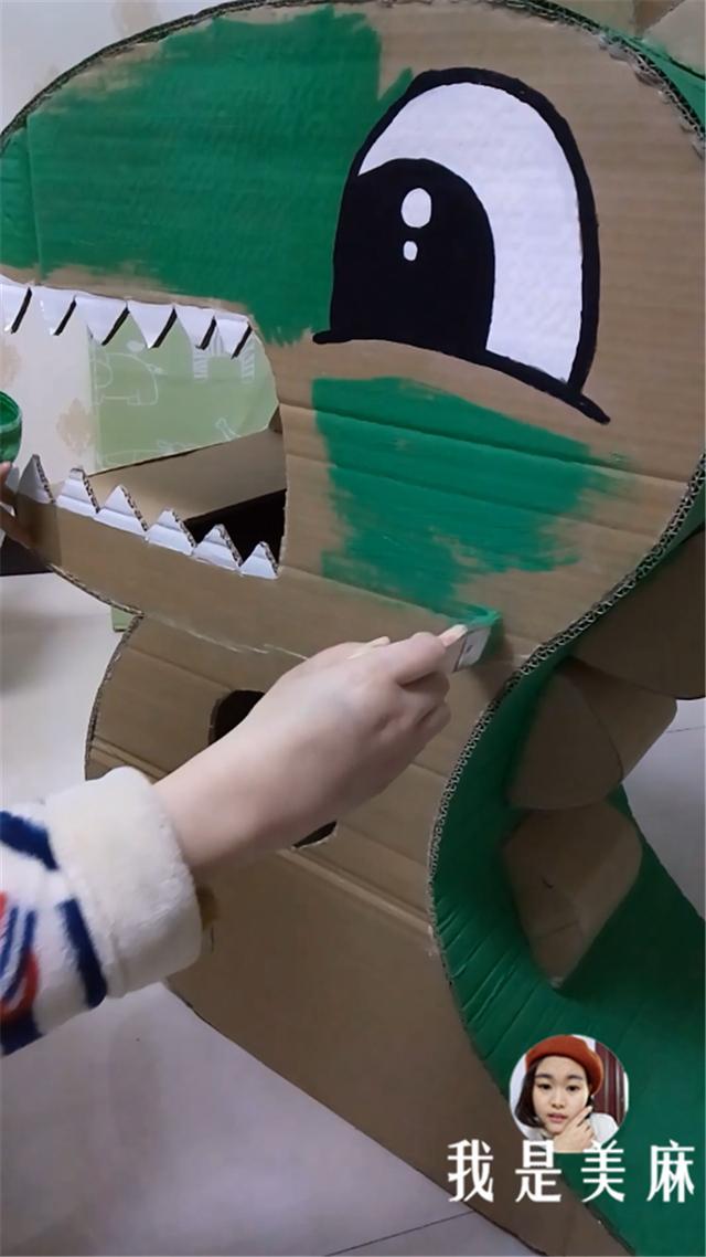爸爸用纸箱给儿子做了只大恐龙,在公园里跑来跑去,吓坏了小朋友