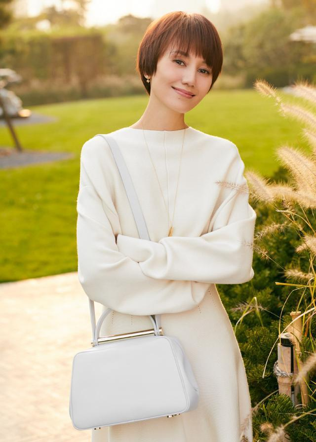 袁泉穿奶白毛衣配長裙,同色系卻穿出高級感,簡直就是穿搭教科書