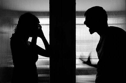 扬州女子不堪丈夫家暴逃走,一月后路上撞见丈夫,被打成一级轻伤