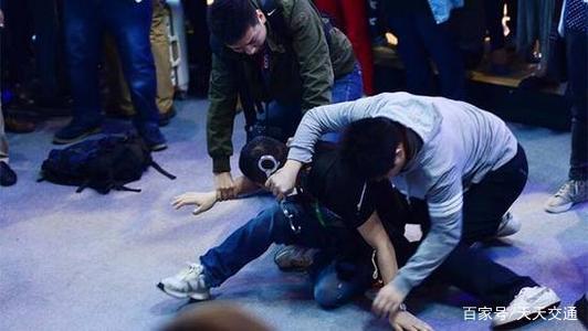 地铁监控下的咸猪手,姑娘害怕不敢反抗,男子却得寸进尺!