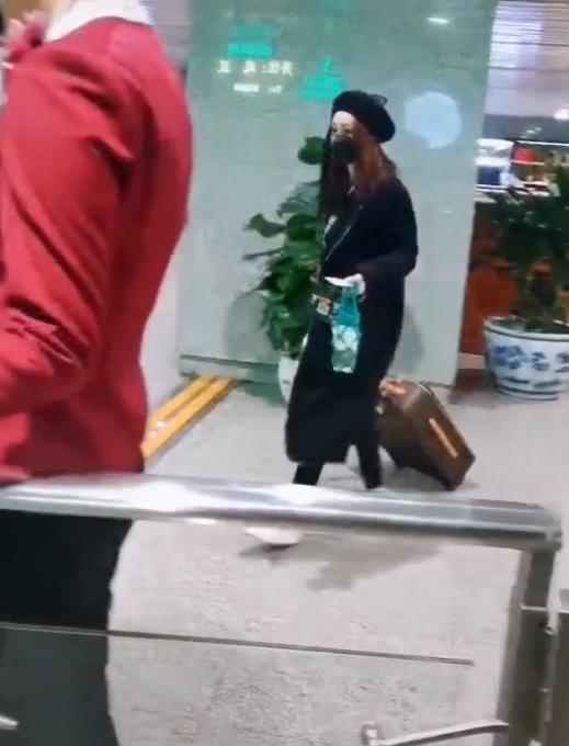 37岁姚笛私下罕露面,一人拖大箱子赶火车,身旁无人陪伴太心酸!