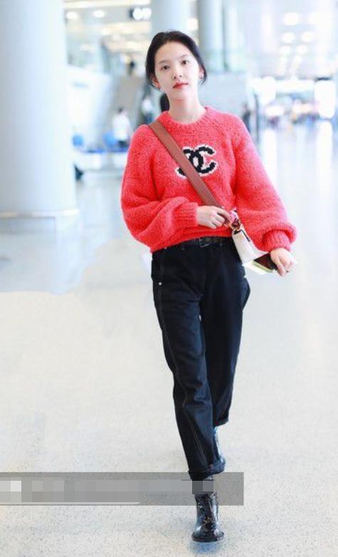 原创             白鹿和章若楠穿同件毛衣走机场,只因搭配不同裤子,女神与村花?