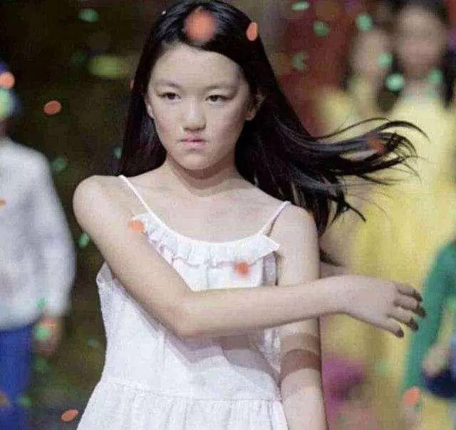 原创             李嫣衣品有多好?身穿白裙气质超群,与李亚鹏同框气势也不输!