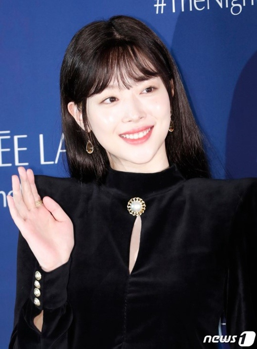 快讯:韩国艺人崔雪莉被发现死于家中年仅25岁(图)