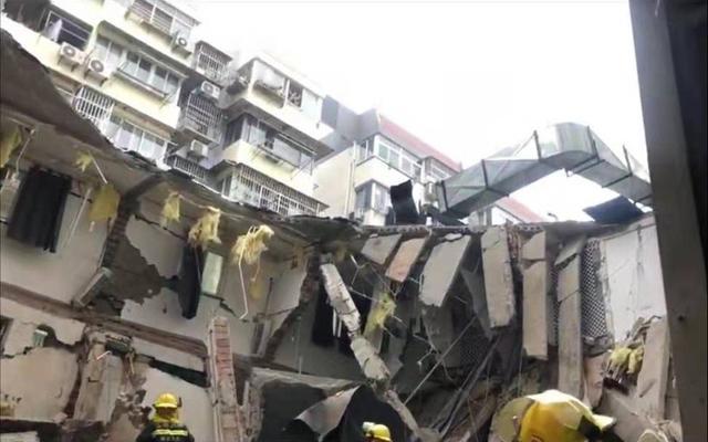南京一房子坍塌,目击者称当时正睡觉房子突然开裂