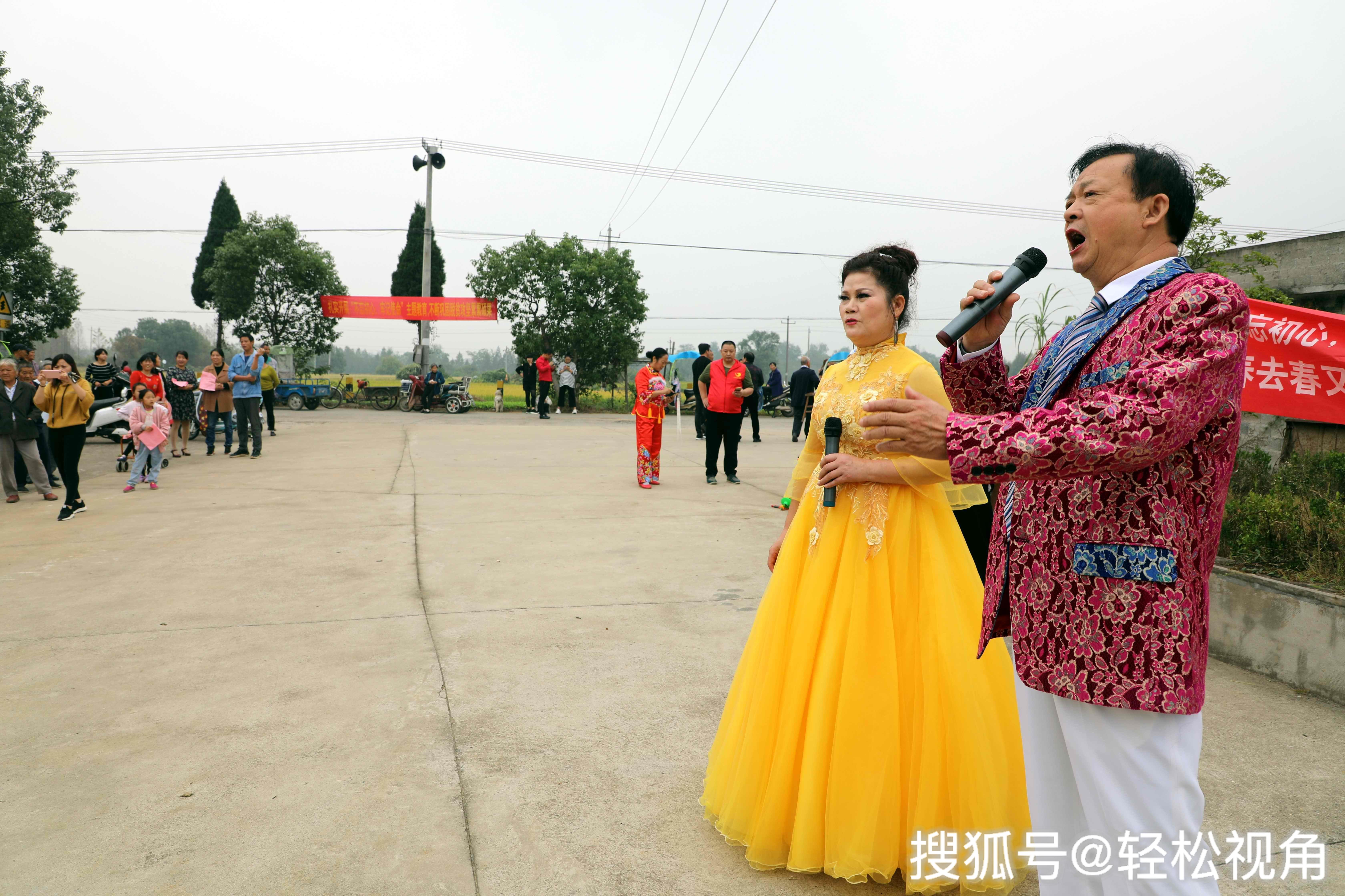 """安徽芜湖:""""不忘初心牢记使命"""",丰收时节他们演出田间地头!"""