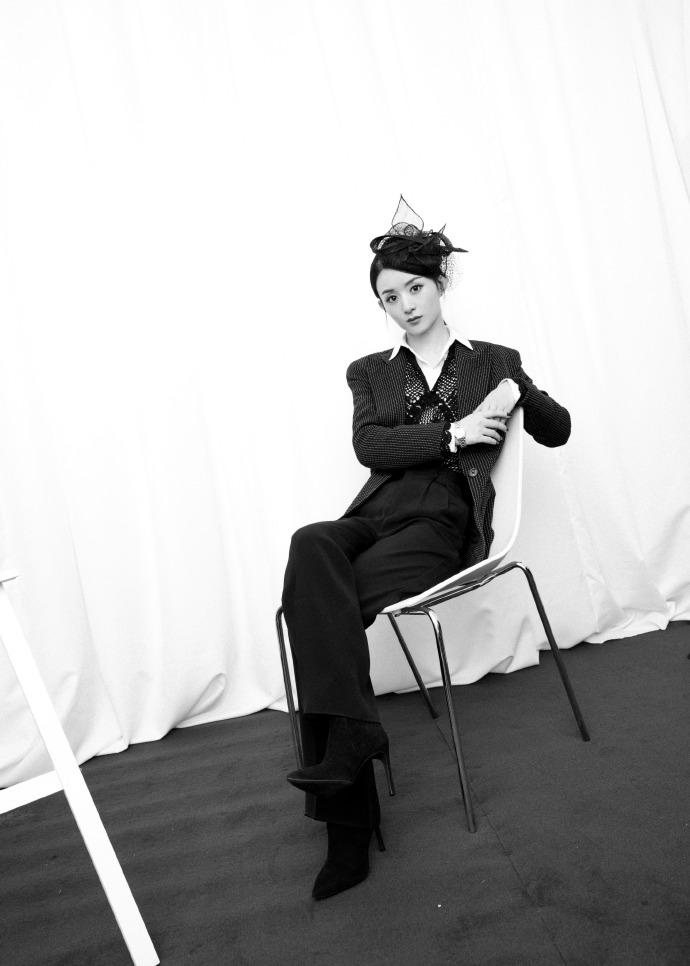 """原创             赵丽颖产后状态好,网纱帽配露肩裙变身""""摩登女郎"""",蚂蚁腰抢镜"""