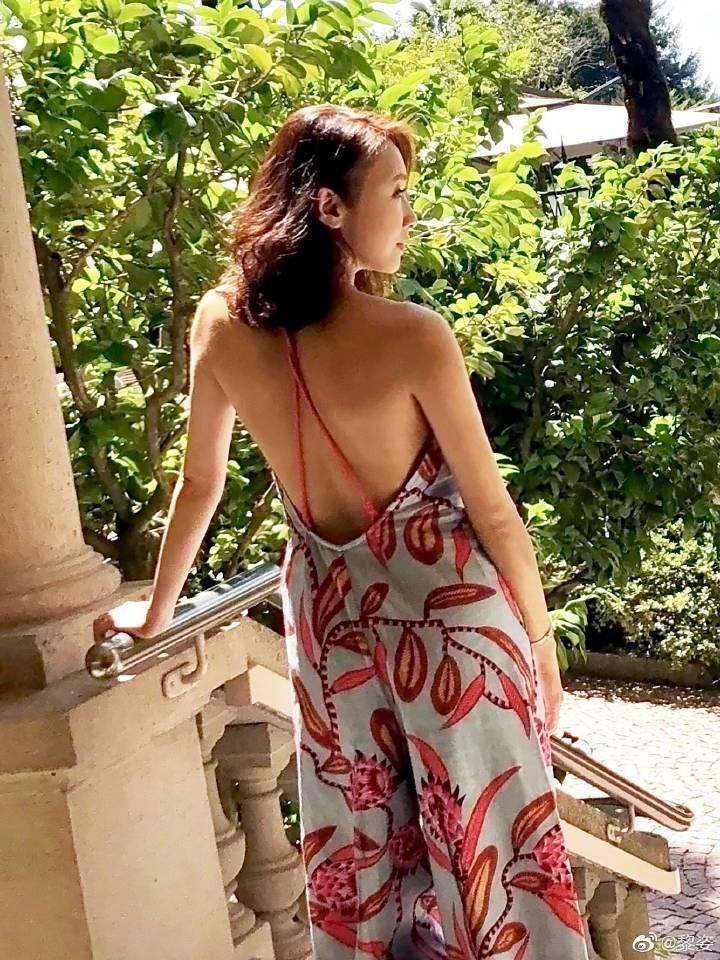 48岁黎姿穿红裙大秀美背,生过3个女儿身材依然性感