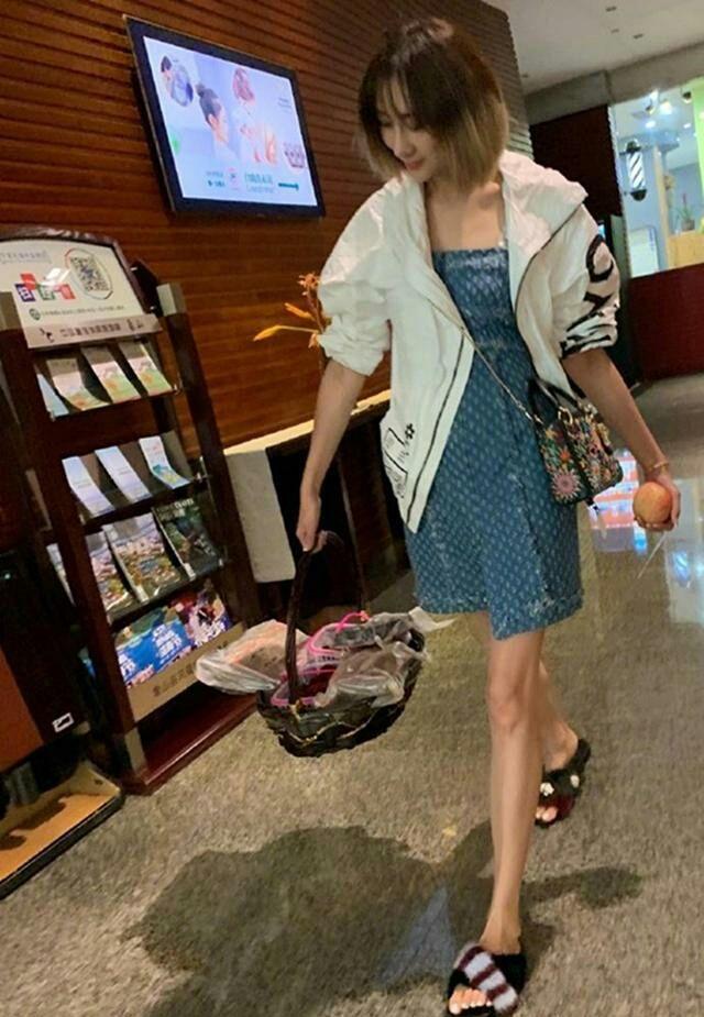 原创             陈浩民老婆长靴装不满腿,短裤才刚过臀部,但大家只关注她脸!