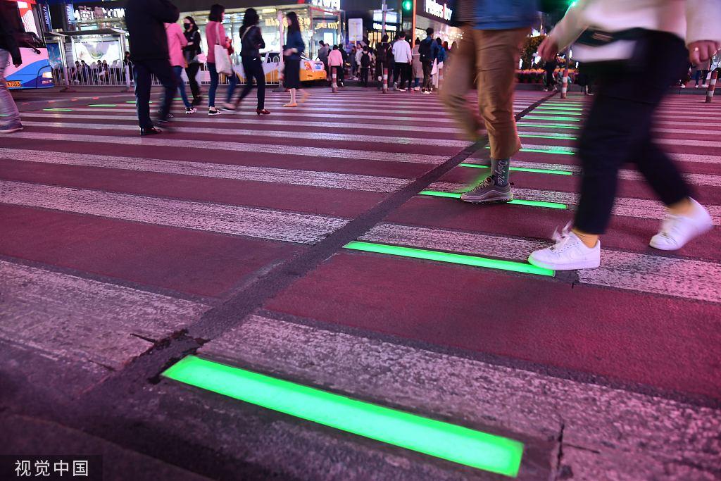 沈阳第一条智能动态人行横道亮相斑马线亮起红绿灯