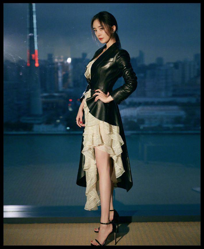 """原创             杨幂不愧是""""带货女王"""",燕尾皮衣配荷叶边长裙,满屏干练与唯美"""