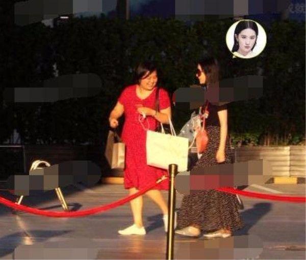 刘亦菲穿黑裙瘦了,完全看不出腿粗,手臂还特纤细!