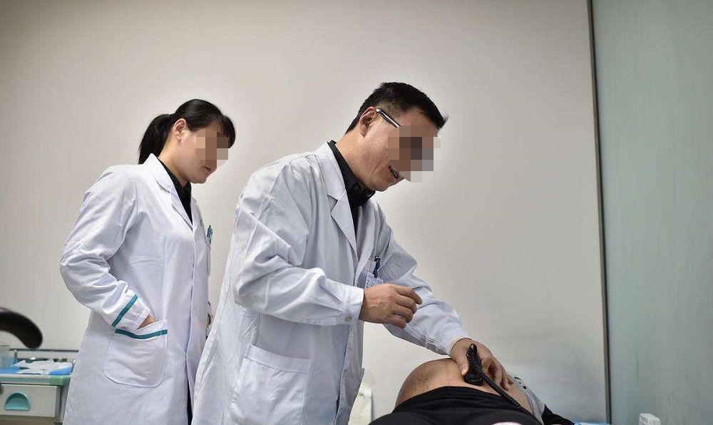男产科医生和男催乳师,这两职位更难接受哪个?孕妈:两个都尴尬