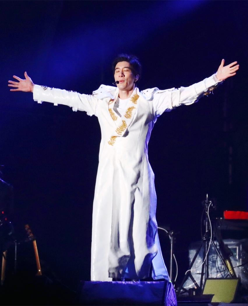 原创             王力宏演唱会玩变装,铆钉衣亮片裤件件惹眼,年过40依然是个潮男