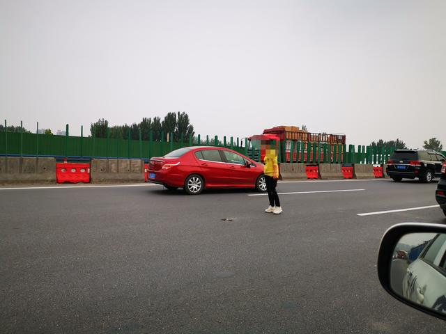 四个月孕妇站在高速路中央被交警救下,她竟是被丈夫撵下车