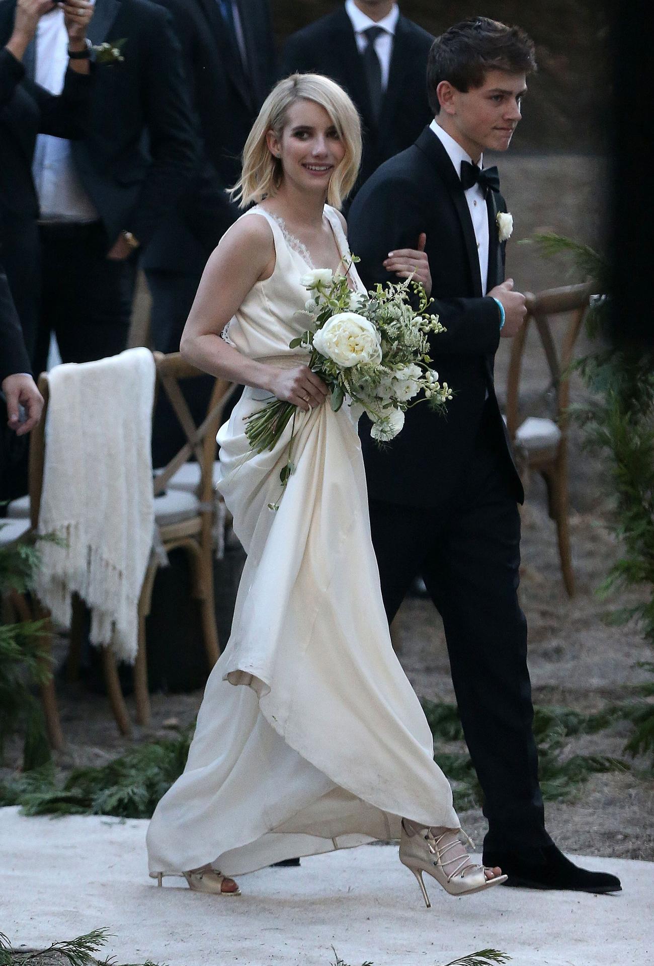 原创             艾玛罗伯茨当伴娘不低调,穿粉裙出席闺蜜婚礼,把新娘风头都抢尽