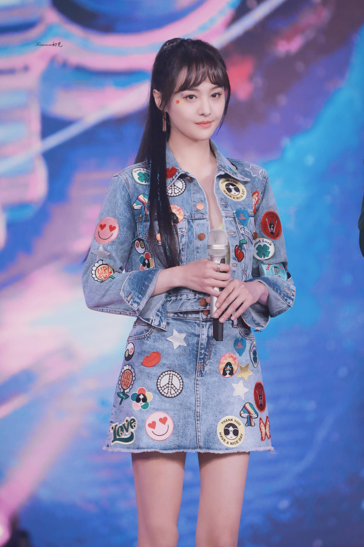 郑爽如何打造恋爱脸 坚持刘海发型的她见证了刘海的当代变迁史