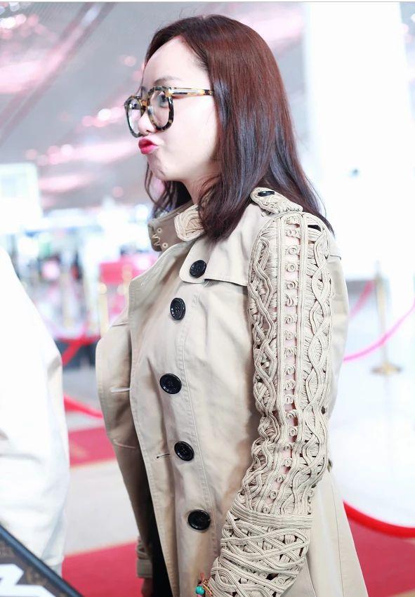 """杨蓉终于""""放开了"""",38岁素颜走机场,光腿穿风衣,柱子腿抢镜!"""