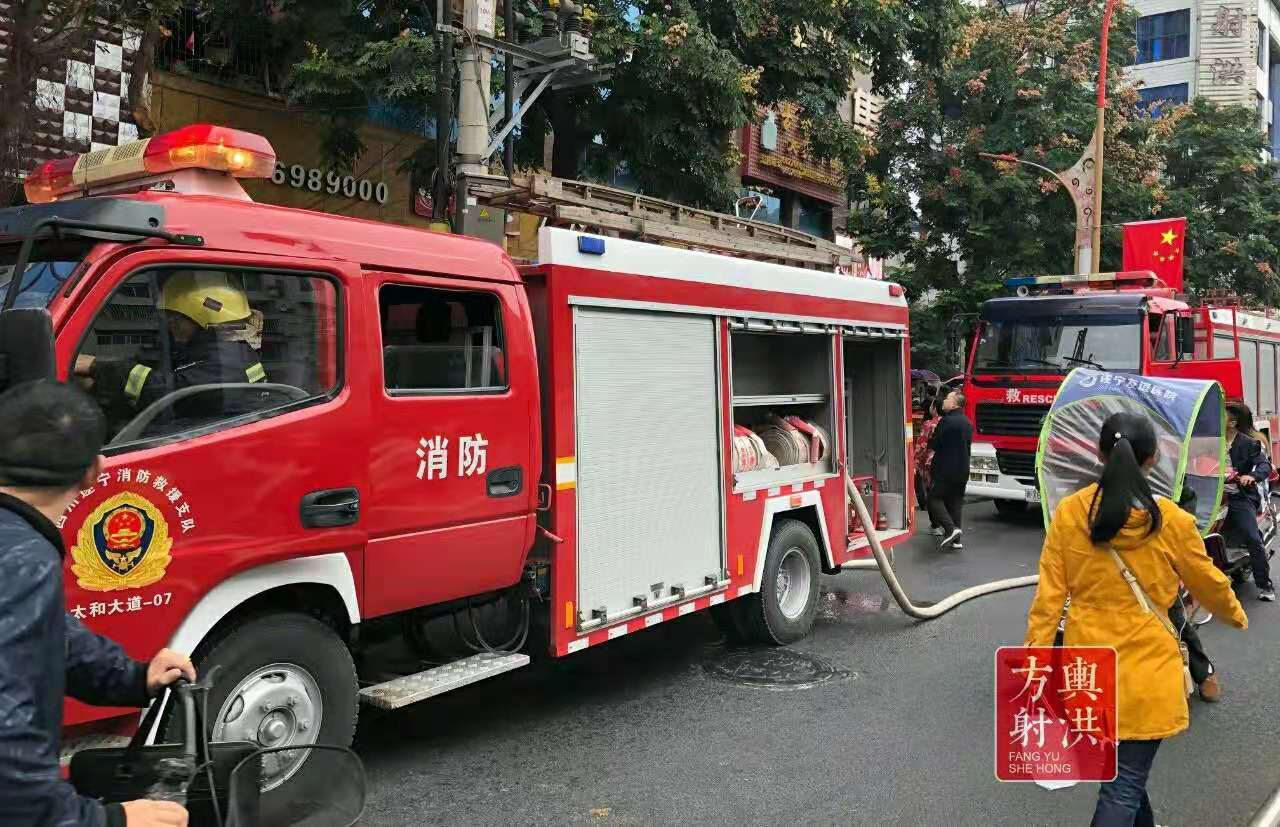 四川射洪一大楼突发火灾:火苗从底楼窜到楼顶,暂无人员伤亡