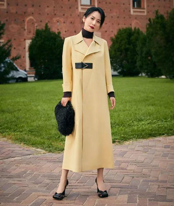 原创             怎么看都不像年近50,俞飞鸿紧身针织连衣裙,气质优雅端庄