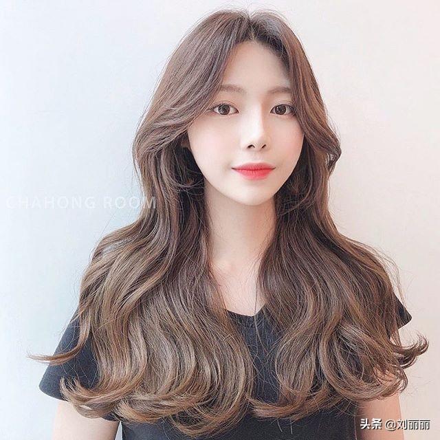 直发和卷发哪款更显脸小 直发和卷发哪款更减龄 - 爱秀美